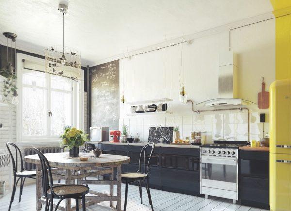 Sử dụng tông màu sáng và gỗ trong nội thất phòng bếp Scandinavian