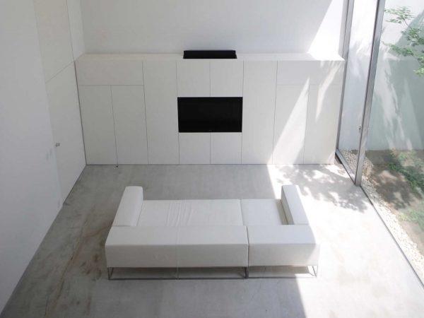 thiết kế nội thất phòng khách tối giản tông trắng đen