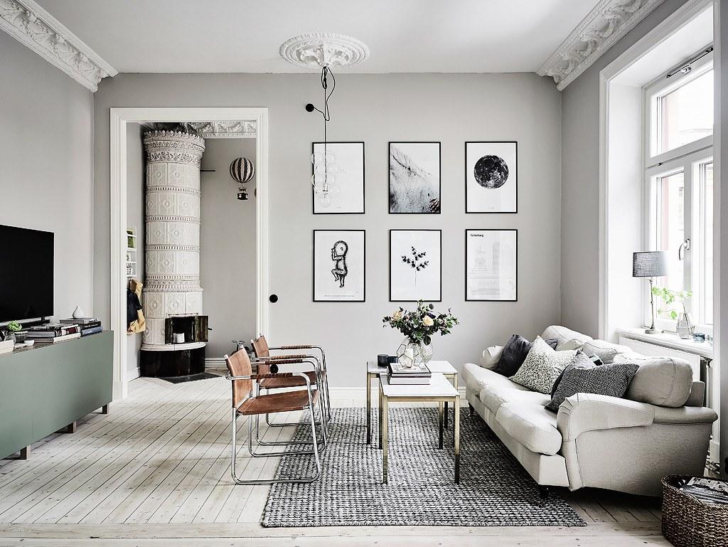 Các bức tranh treo tường cũng có tông màu trắng và xám để phù hợp với không gian