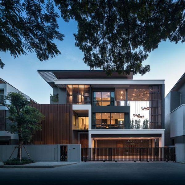 Căn nhà rộng lớn hơn với sự khéo léo trong sử dụng chất liệu kính