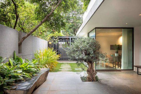 Hệ thống tường rào bao quanh đảm bảo an toàn cho ngôi biệt thự 2 tầng mái bằng
