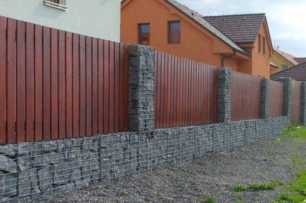 Hàng rào gạch đẹp kết hợp với gỗ tạo sự trang trọng và ấn tượng