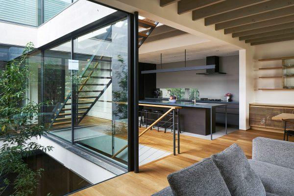 sử dụng vật liệu kính trong phong cách nội thất hiện đại