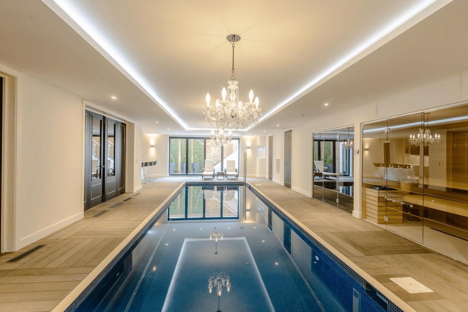 Hồ bơi kết hợp hệ thống đèn chùm trên trần nhà sẽ tạo ra không gian lung linh