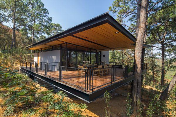 Sự kết hợp giữa vật liệu thép tiền chế, gỗ, kính, các tấm vách vật liệu nhẹ cho một ngôi hiện đại trên sườn đồi