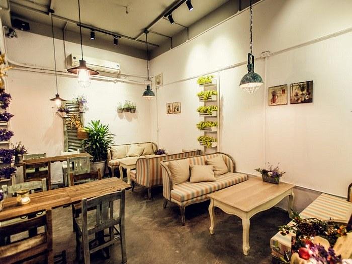 Quán cafe theo phong cách cổ điển pha một chút hiện đại bằng đồ nội thất tự đóng