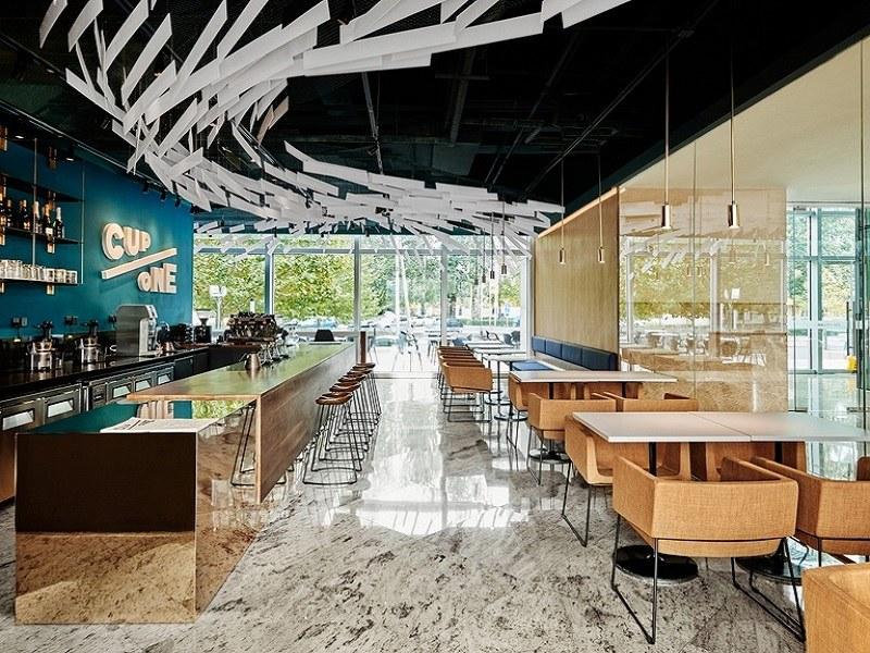 Kết hợp ánh sáng tự nhiên, chất liệu nội thất và màu sắc để tạo nên hiệu ứng thị giác ấn tượng cho khách hàng