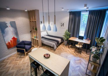 Những chi tiết nhỏ từ những chiếc ghế, màu sắc của tường và tủ...cũng trở thành điểm nhấn hút mắt xuyên suốt chiều dọc không gian