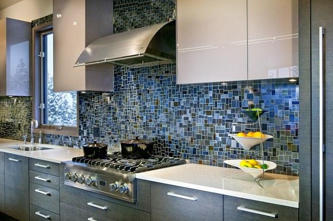 Sử dụng gạch mosaic thủy tinh ốp bếp phù hợp đem lại sự ấm cúng và dễ dàng lau chùi khi bị dầu mỡ dính bẩn