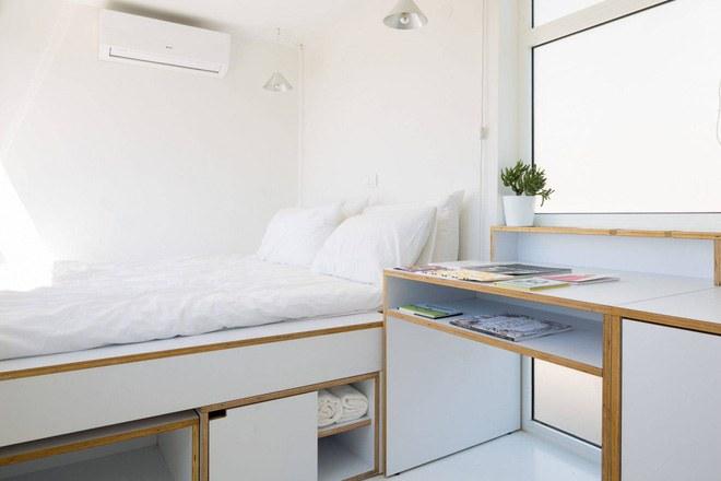 Góc nghỉ ngơi của thiết kế căn hộ mini 15m2 xinh xắn được bố trí thêm nhiều ngăn đựng đồ bên trong
