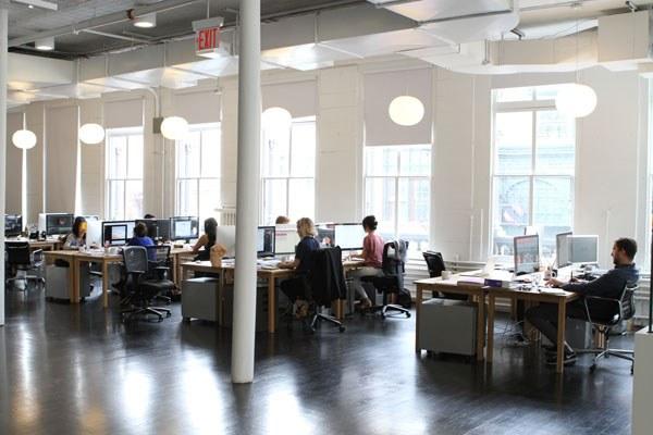 Không gian văn phòng mở giúp nhân viên có thể giao tiếp với nhau dễ dàng